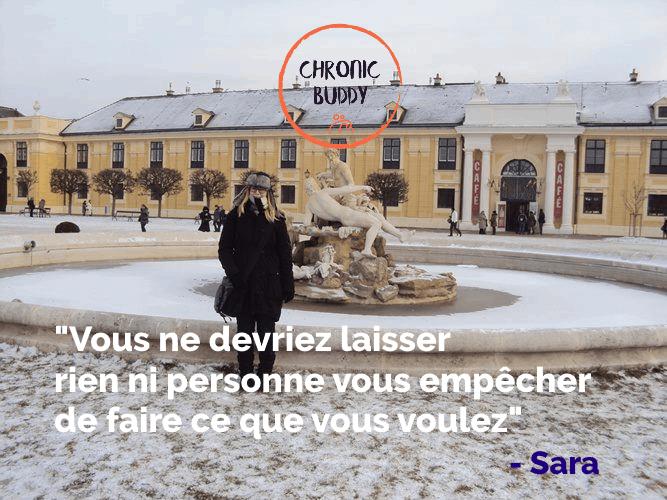 Photo de Sara en hiver devant un édifice historique