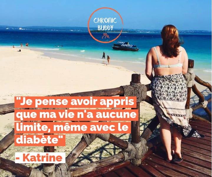 """Katrine, auteure du témoignage, debout face à une plage de Tanzanie. L'image comporte le logo de Chronic Buddy et une citation """"Je pense avoir appris que ma vie n'a aucune limite, même avec le diabète"""""""