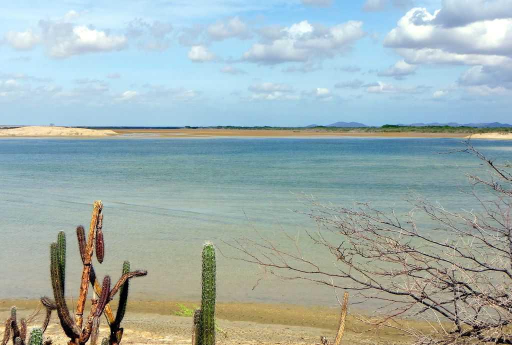 Photo de la mer bleue turquoise dans la région de la Guajira en Colombie